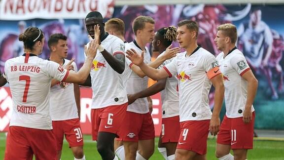 Torschütze Timo Werner (re.) jubelt mit der Mannschaft.