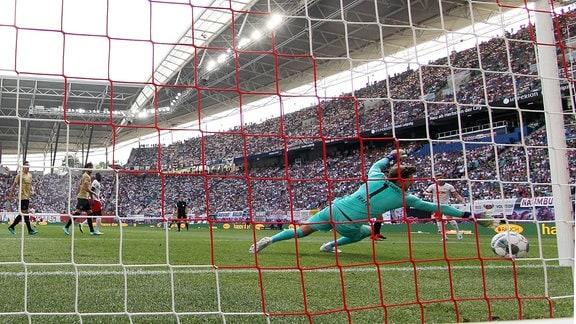 Torschütze Timo Werner (hi.-re.) trifft gegen Torwart Kevin Trapp (1, Frankfurt) zum 1:0.