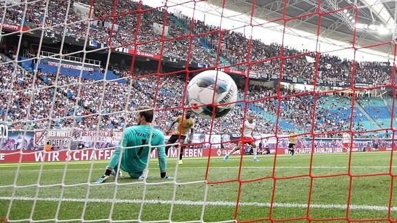 Yussuf Poulsen (9, RB Leipzig) trifft zum 2:0.