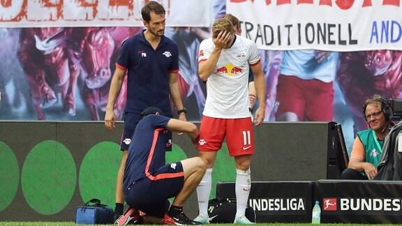 Timo Werner (11, RB Leipzig) wird behandelt.