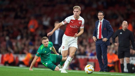 Emile Smith Rowe spielt den Ball.