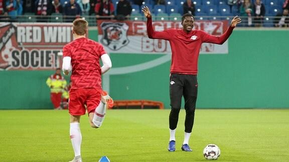 Warm Up der Mannschaften. Ibrahima Konaté (6, RB Leipzig).