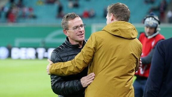 Im Bild v.l.: Trainer Ralf Rangnick (RB Leipzig) und Trainer Julian Nagelsmann (Hoffenheim) bei der Begrüßung.
