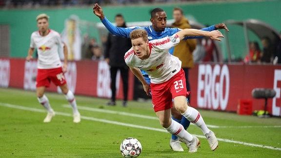 Im Bild von vorn - Marcel Halstenberg (23, RB Leipzig) und Joshua Brenet (2, Hoffenheim).