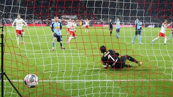 Tor für Leipzig zum 2:2. Im Bild v.l.: Christopher Nkunku 18, RB Leipzig hat gegen Torwart Yann Sommer 1, Borussia Mönchengladbach