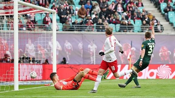 Torwart Pavao Pervan (12, Wolfsburg) im Glück, der Treffer von Emil Forsberg (mi., RB Leipzig) zum vermeintlichen 3:0 wird wegen Abseits nicht gewertet.