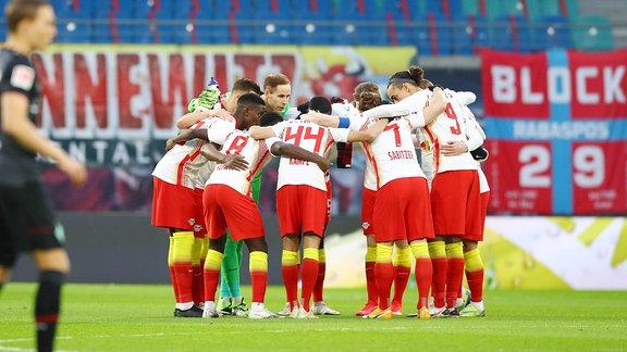 Mannschaft von RB Leipzig im Spielerkreis