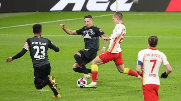 Dani Olmo (25, RB Leipzig) trifft zum 2:0 gegen Marco Friedl (32, Bremen).