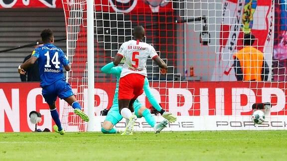 Tor für Schalke. Im Bild: Rabbi Matondo (li., 14, Schalke) trifft zum 0:3