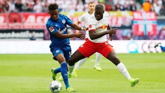 v.l.: Rabbi Matondo(14, Schalke) und Dayot Upamecano (5, RB Leipzig)