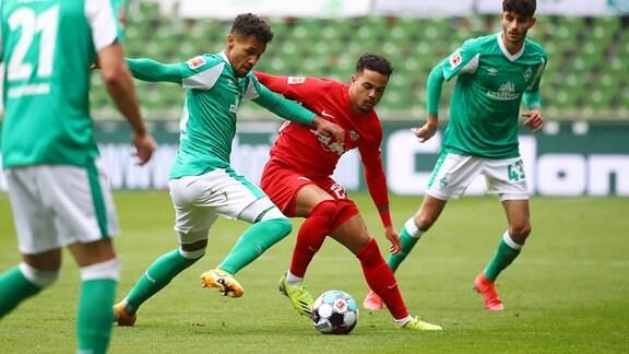 Im Bild v.l.: Theodor Gebre Selassie (23, Bremen) und Justin Kluivert (21, RB Leipzig).