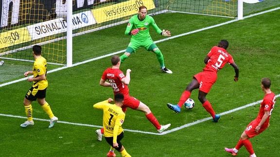 Jadon Sancho (BVB) erzielt das Tor zum 2:0 gegen Peter Gulacsi (RBL).