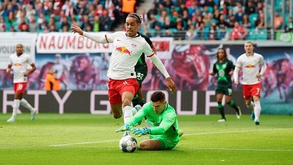 Yussuf Poulsen (9, RB Leipzig) und Torhüter Pavao Pervan (12, Wolfsburg).