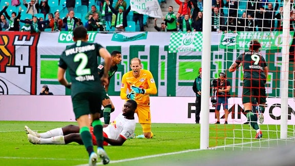 Wout Weghorst (9, Wolfsburg, re.) hat zum 1:1 Ausgleich getroffen