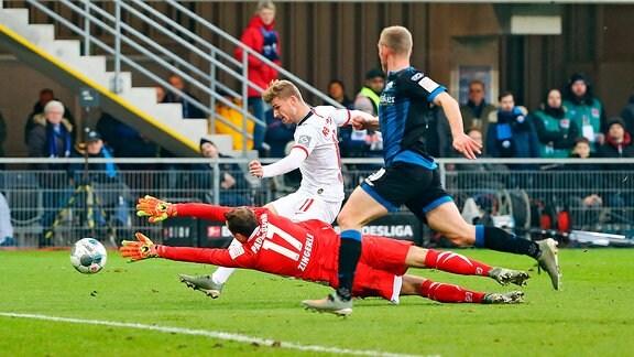 Tor für Leipzig. Im Bild: Timo Werner (11, RB Leipzig) trifft gegen Torwart Leopold Zingerle (17, Paderborn) und Laurent Jans (20, Paderborn) zum 0:3.