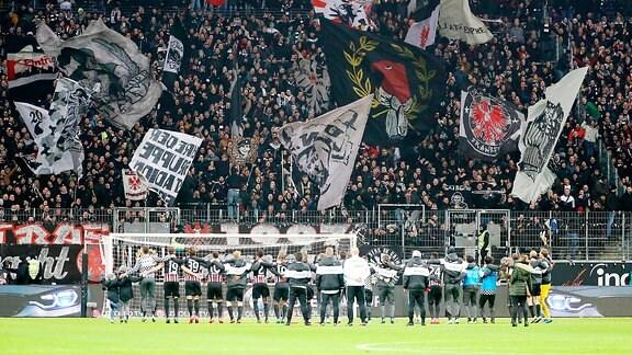 Eintracht Frankfurt - RB Leipzig - Mannschaft und Fans von Eintracht Frankfurt, Schlussjubel