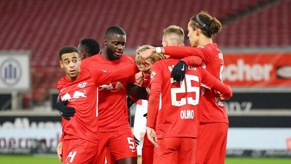 Tor für RB Leipzig. Dani Olmo 25, RB Leipzig trifft zum 0:1 und jubelt mit den Teamkollegen Tyler Adams 14