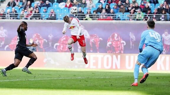 Timo Werner (11, RB Leipzig) vergibt eine Kopfballchance.