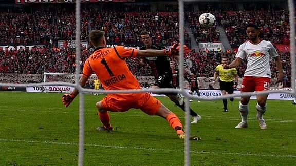 v.l. Lukas Hradecky (Bayer 04 Leverkusen), Matheus Cunha (RB Leipzig)