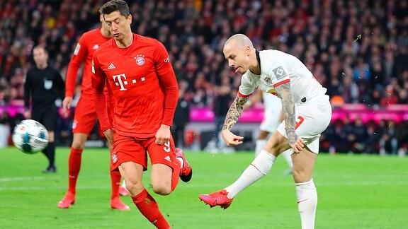 v.l.: Robert Lewandowski (9,Bayern) und Angeliño / Angelino (3, RB Leipzig).