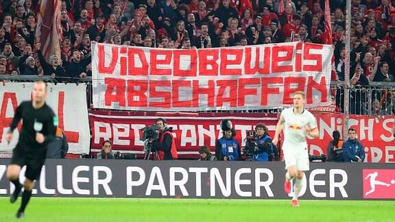 Fans von Bayern München fordern Videobeweis abschaffen.