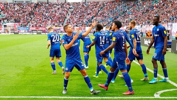 Schalker Torjubel nach dem 0:2 durch Amine Harit (li., 25, Schalke).
