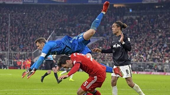 Torwart Manuel Neuer (FC Bayern München) fliegt über Mats Hummels (Bayern München), re: Yussuf Poulsen (RB Leipzig)