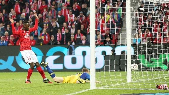Lukas Klostermann (re., 16, RB Leipzig) erzielt vor Moussa Niakhate (19, Mainz)  das Tor.