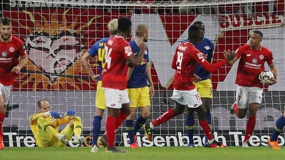 Moussa Niakhate (19, Mainz 05) gegen Peter Gulacsi