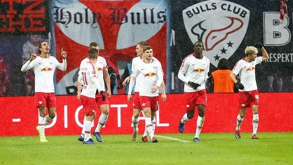 Tor für Leipzig, Leipziger Spieler bejubeln das 2:0.