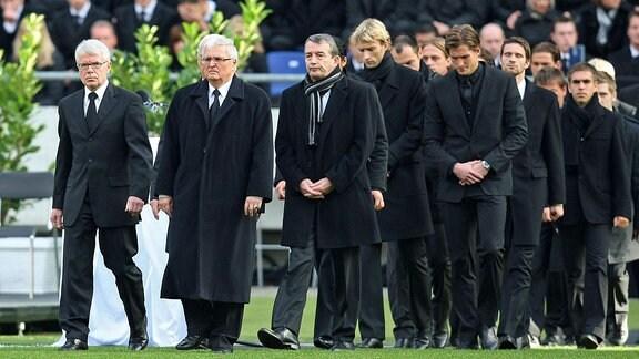 Die deutsche Nationalmannschaft erweist Robert Enke die letzte Ehre