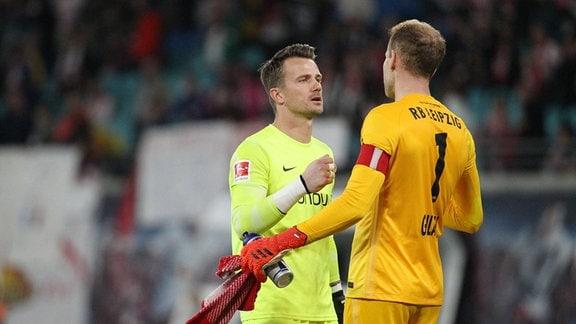Torwart Peter Gulacsi (re./Leipzig) und Torwart Manuel Riemann (Bochum) nach dem Spiel