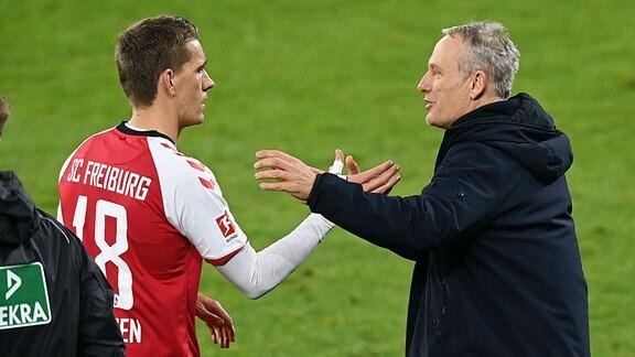 Handshake zwischen Nils Peterson und Trainer Christian Streich