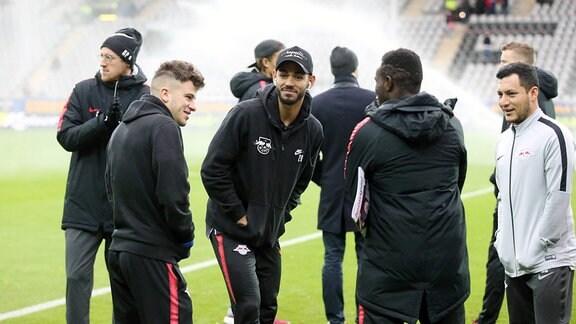Platzbegehung vor dem Spiel. Im Bild v.l.: Diego Demme (31, RB Leipzig), Matheus Cunha (20, RB Leipzig) und Bruma (17, RB Leipzig).