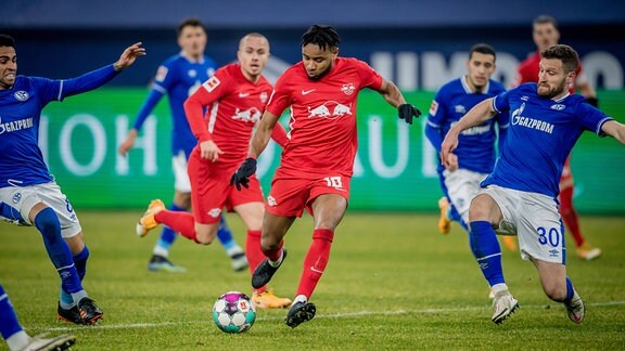 Leipzigs Christopher Nkunku rot gegen Schalkes Shkodran Mustafi