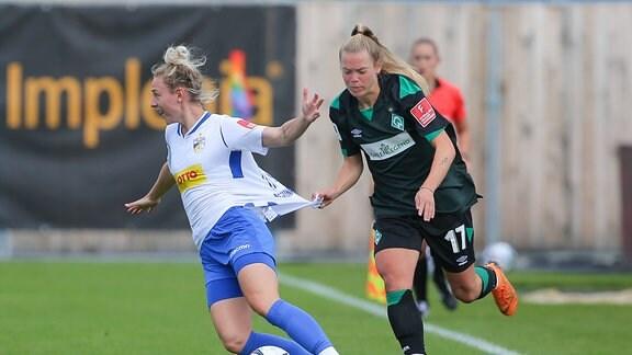 Rita Schumacher FC Carl Zeiss Jena, 19 und Margarita Gidion SV Werder Bremen, 17 im Zweikampf