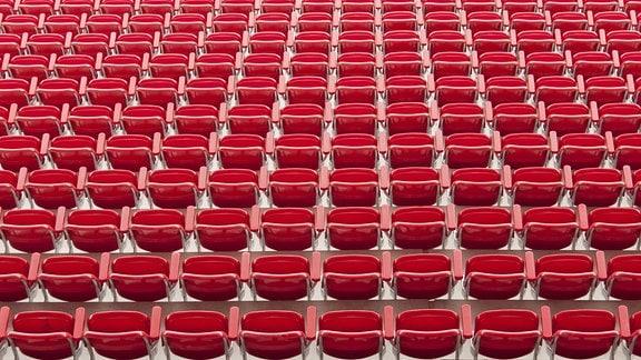 Sitze der neuen Haupttribüne des Stadions Alte Försterei vom 1. FC Union Berlin.