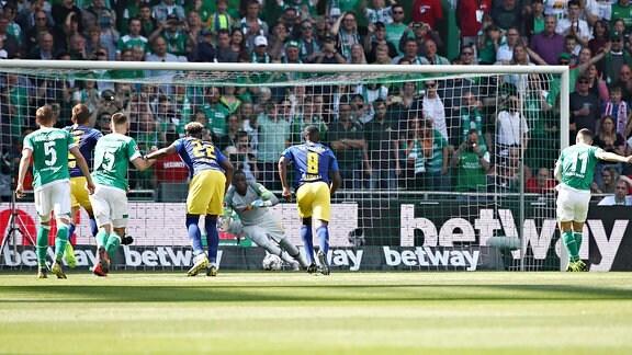 Tor für Bremen zum 1:0. Im Bild: Milot Rashica (r., 11, Bremen) verwandelt einen Elfmeter gegen Torwart Yvon Mvogo (28, RB Leipzig).