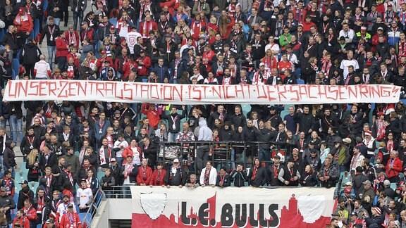 Choreo der RBL-Fans - Sie halten ein Transparent ''Unser Zentralstadion ist nicht der Sachsenring''.