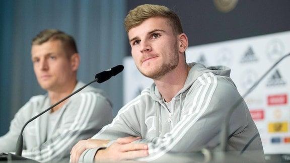 Timo Werner und Toni Kroos bei einer Pressekonferenz der Nationalmannschaft.