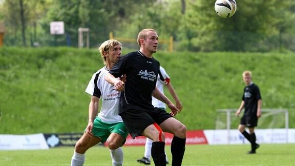 22. Mai 2010: Dresden, Sportplatz im Jägerpark: SC Borea Dresden - FC Sachsen Leipzig: Dresdens Toni Leistner (schwarz) gegen Leipzigs Christopher Kuckelt.