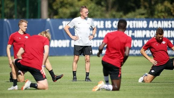 Ralf Rangnick mit Fußballspielern beim Training