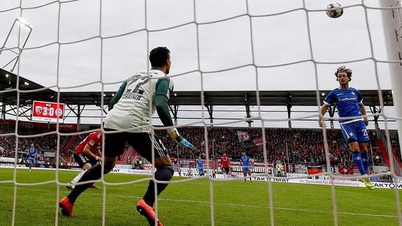v.l. Philipp Tschauner (FC Ingolstadt 04), Yannick Stark (SV Darmstadt 98) Kopfball an die Latte