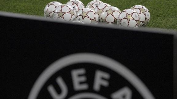 Die offiziellen Adidas Finale Spielbälle liegen auf dem Platz bereit, im Vordergrund die Bande mit dem Logo der UEFA