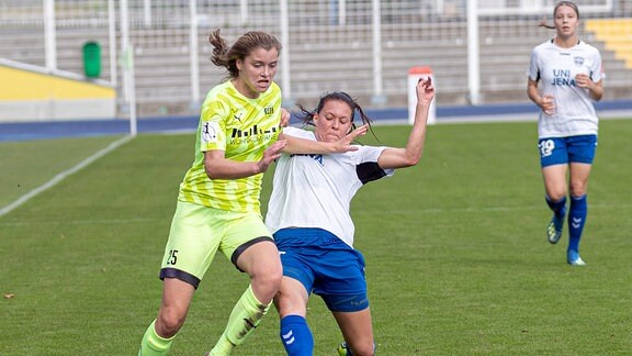 Maria Cristina Lange SGS Essen, 25 , Lisa Seiler FF USV Jena, 17, im Kampf um den Ball.