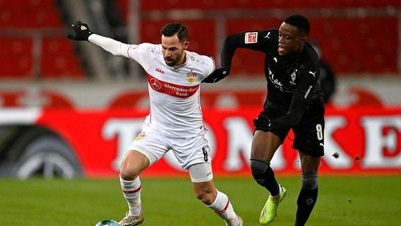 Zweikampf, Gonzalo Castro VfB Stuttgart 08 gegen Denis Zakaria Borussia Mönchengladbach
