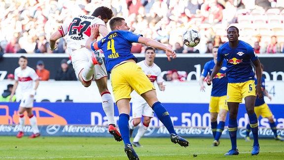 Willi Orban (RB Leipzig) (rechts / re.) foult Mario Gomez (VfB Stuttgart) (links / li.) im Strafraum. Nach Videoassistent bekommt der VfB Stuttgart Elfmeter.