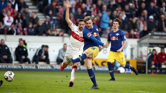 Im Bild: Emil Forsberg (10, RB Leipzig) vor Gonzalo Castro (8, Stuttgart)