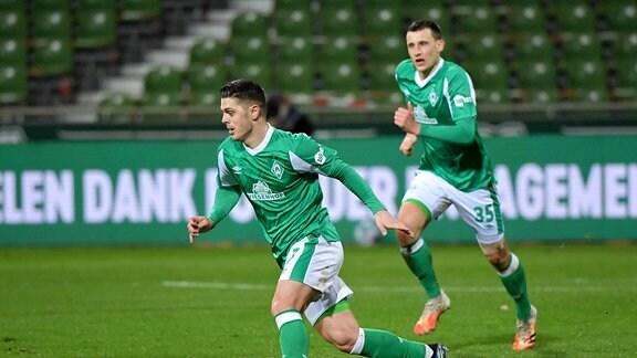 Milot Rashica (Werder Bremen), hinten Maximilian Eggestein (Werder Bremen)