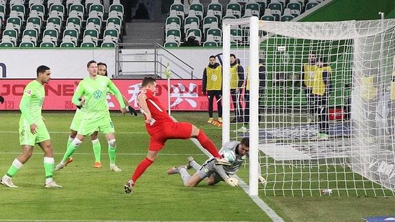 Im Bild v.l.: Torschütze Willi Orban 4, RB Leipzig trifft gegen Torwart Koen Casteels 1, Wolfsburg zum 2:2 Ausgleich.